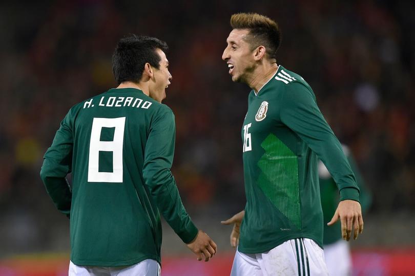 Hirving Lozano y Héctor Herrera festejan en un partido de la Selección Mexicana