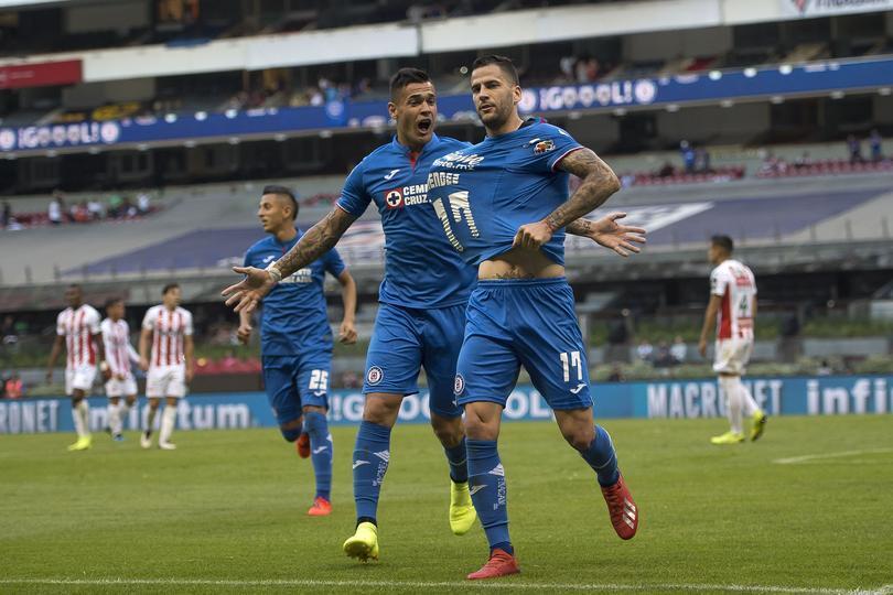 76fa4b57662 Miltón Caraglio y Édgar Méndez festejan un gol con Cruz Azul