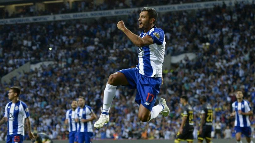 Jesús Corona festeja un gol con Porto
