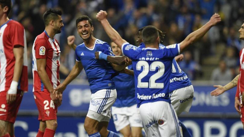 Oswaldo Alanís festeja con el Real Oviedo