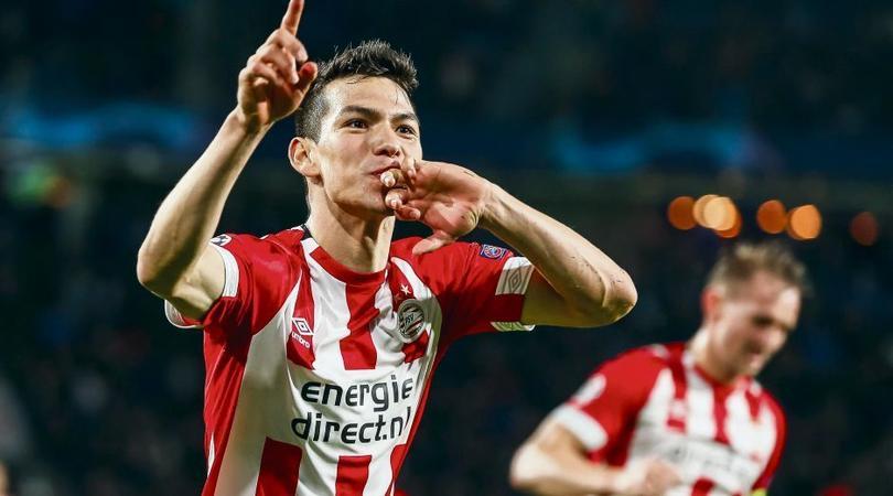 Hirving Lozano festeja un gol con PSV