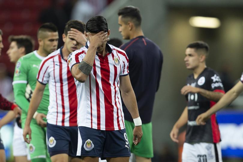 Alan Pulido en la derrota de Chivas ante Lobos BUAP