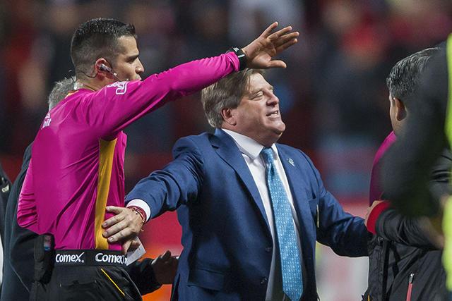 Miguel Herrera terminó molesto y volvió a comentar en contra del arbitraje