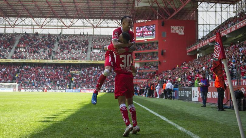 Rodrigo Salinas y Alan Medina festejan un gol con Toluca