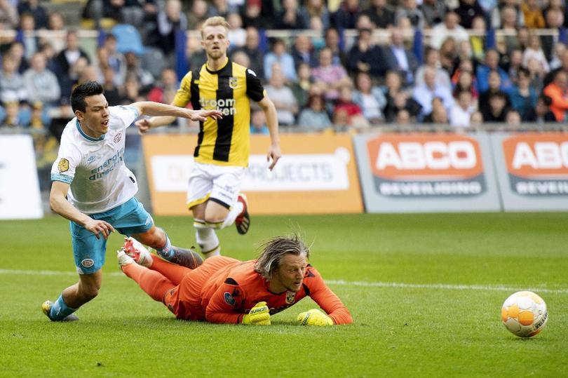 Remko Pasveer tiró a Hirving Lozano en el Vitesse vs PSV