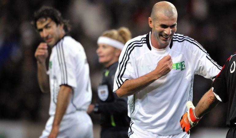 Raúl González y Zinedine Zidane en un partido benéfico