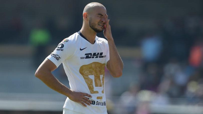 Carlos González en un partido con Pumas