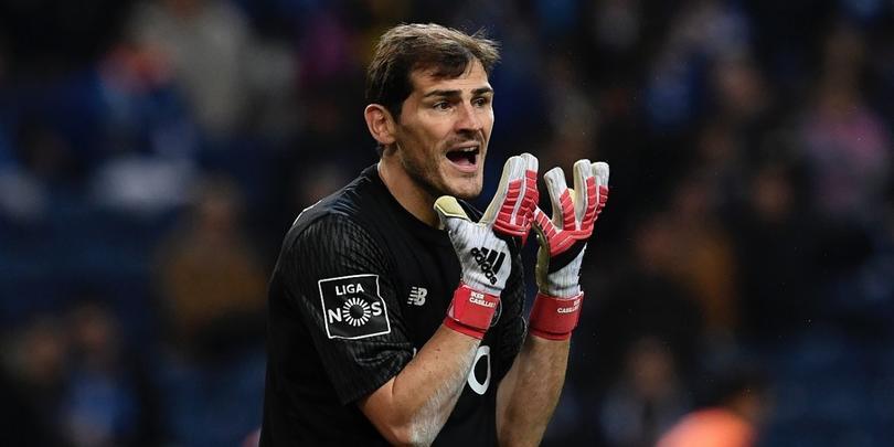 Casillas con la camiseta del Porto