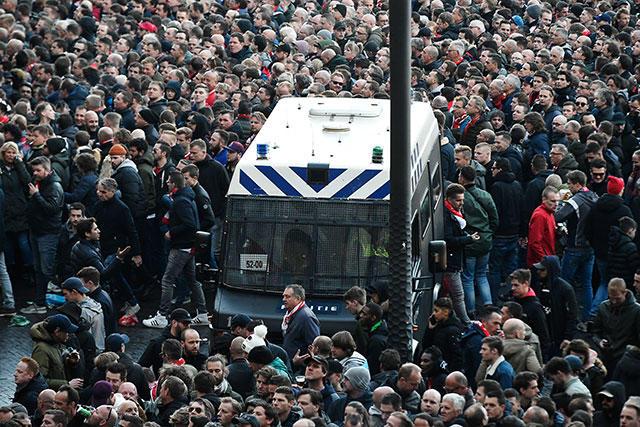 Ultras del Ajax y Juventus se enfrentaron antes de la ida de cuartos de final de Champions