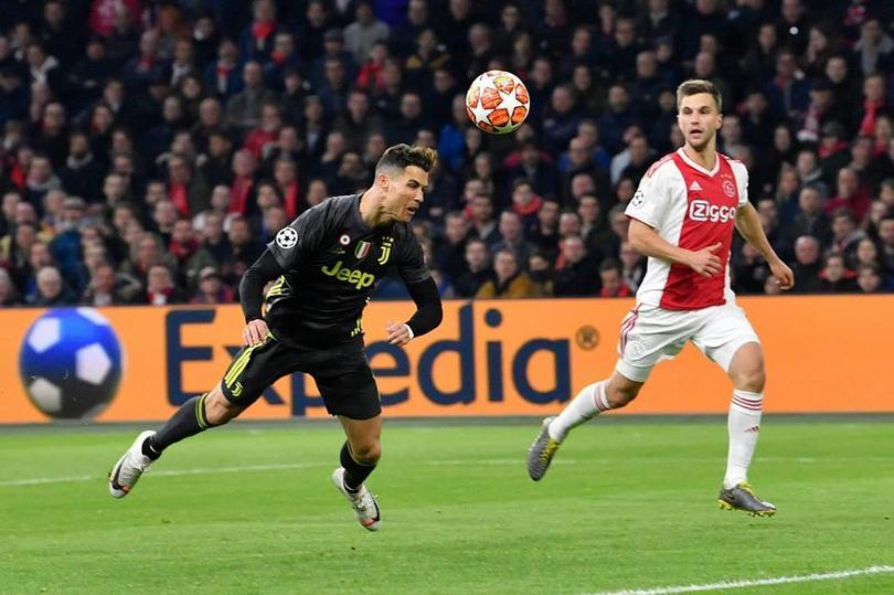 Cristiano Ronaldo remata un balón ante Ajax