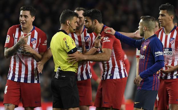 Costa reclamando al árbitro Gil Manzano