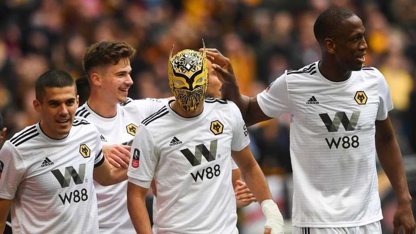 Raúl Jiménez festejó un gol con la máscara de Sin Cara