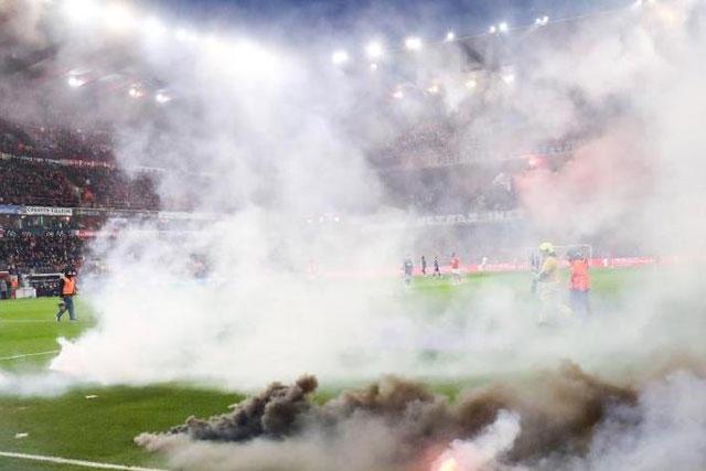 Los aficionados del Anderlecht lanzaron bengalas a la cancha