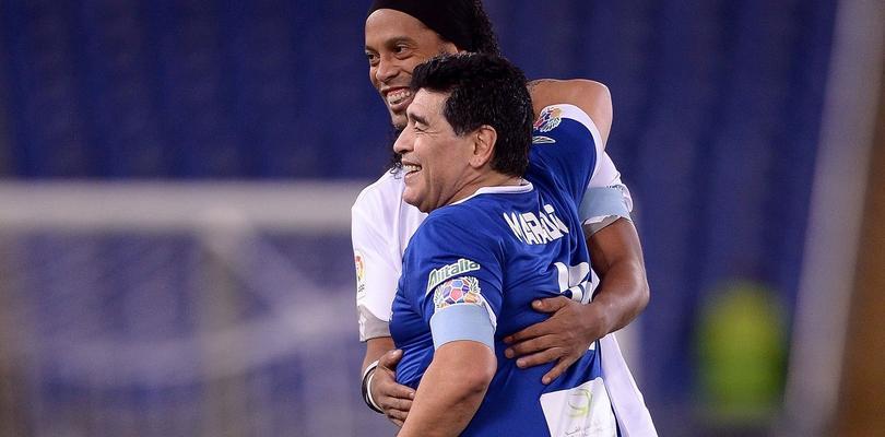 Diego Armando Maradona y Ronaldinho en un partido