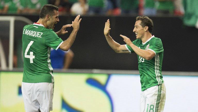 Rafael Márquez y Andrés Guardado en un partido con la Selección Mexicana