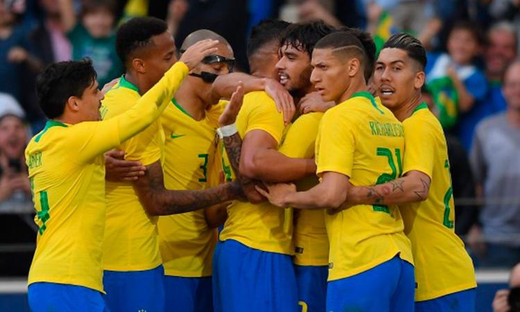 Selección de Brasil celebrando un gol contra República Checa