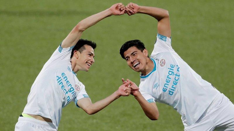 Hirving Lozano y Erick Gutiérrez festejan un gol con PSV