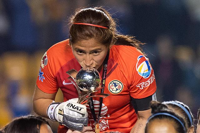 Ceci Santiago levantando el trofeo de campeón