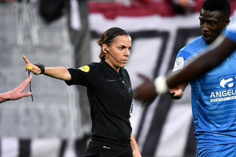 Stéphanie Frappar pitando en la Ligue 2