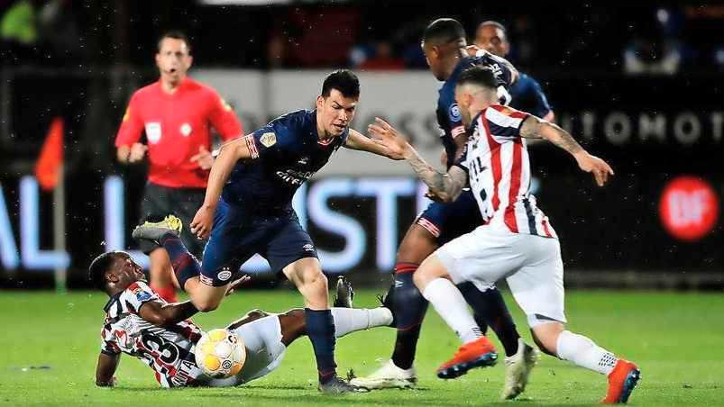Hirving Lozano salió en camilla por lesión ante Willem II