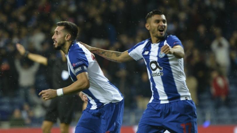 Héctor Herrera y Jesús Corona en un partido con Porto