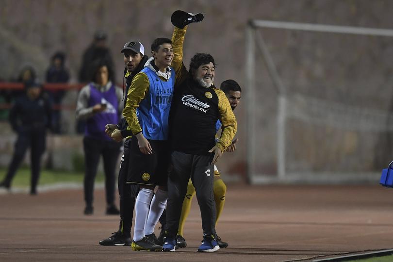 Maradona festeja la victoria sobre Mineros