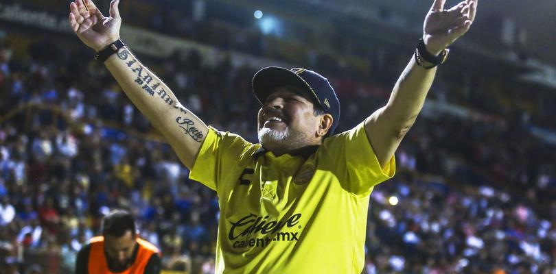 Video - Maradona aplica un túnel al auxiliar de Dorados