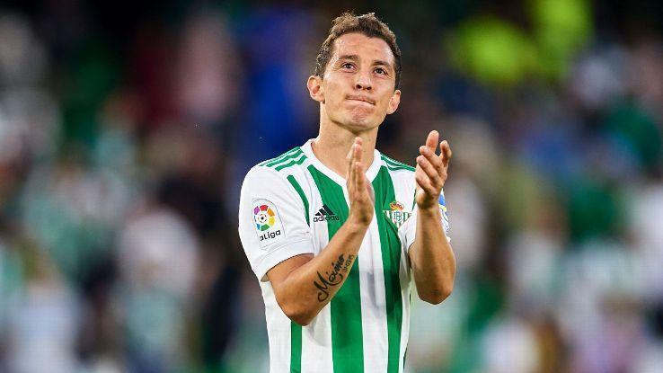 Andrés Guardado en un partido con Betis