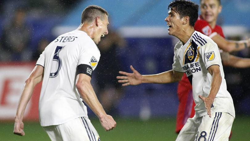 Uriel Antuna festejando su primer gol