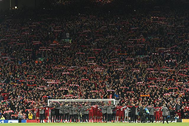 La afición y jugadores del Liverpool celebraron juntos el pase a la final de Champions