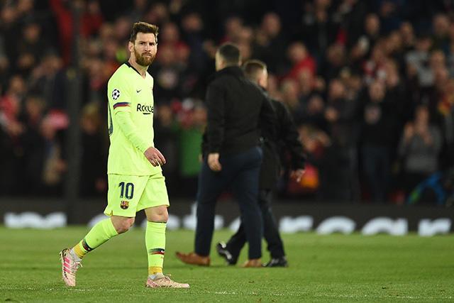 Messi fue encarado por aficionados en el aeropuerto de Liverpool