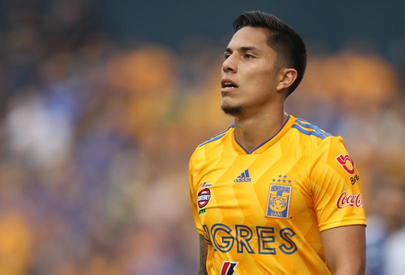 Carlos Salcedo sufrió una lesión en la rodilla izquierda