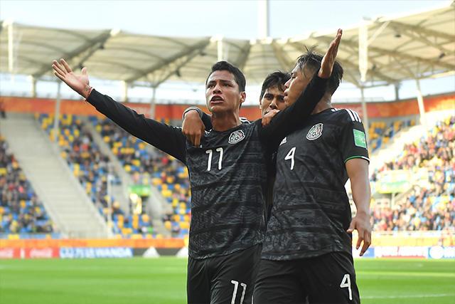 Roberto de la Rosa aprovechó un tiro de esquina para anotar el primer gol de México