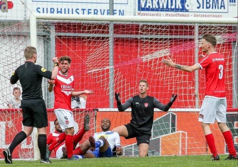 Un árbitro marca gol en Holanda