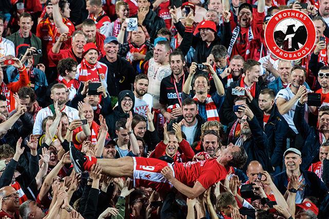 Aficionados del Union Berlin celebran con los jugadores el ascenso a la Bundesliga