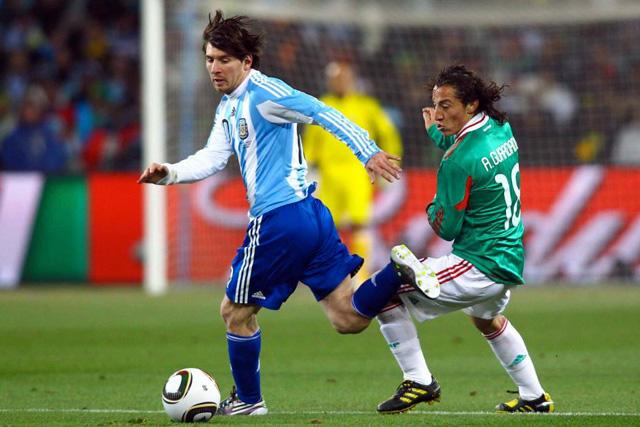 Messi y Andrés Guardado en el Mundial 2010