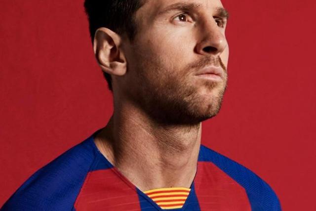 Messi posa con el nuevo uniforme del Barcelona