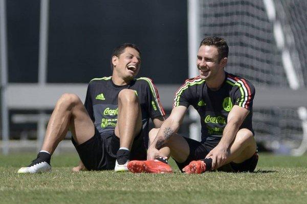 Miguel Layún y Javier Hernández en una concentración de la Selección Mexicana