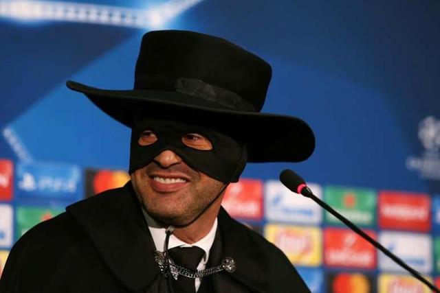 Paulo Fonseca disfrazado como el Zorro en conferencia de Champions es nuevo DT de la Roma