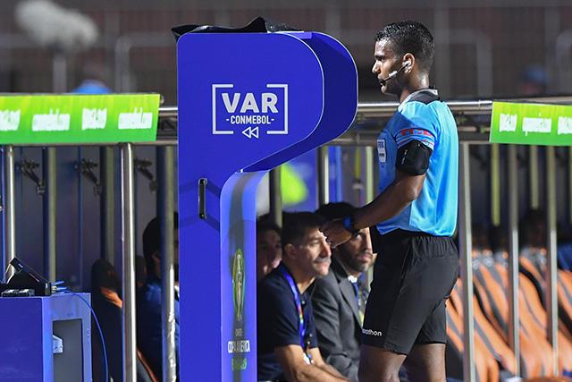 La razón por la que el VAR en la Copa América tarda más
