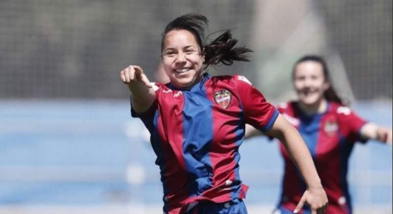 Charlyn Corral celebrando un gol con el Levante