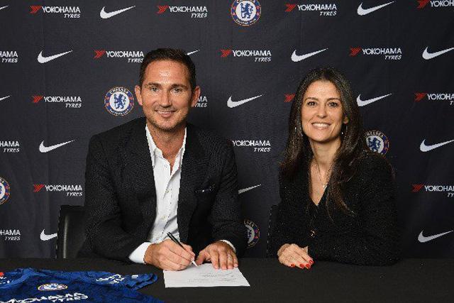 Frank Lampard en la firma de su contrato como DT del Chelsea