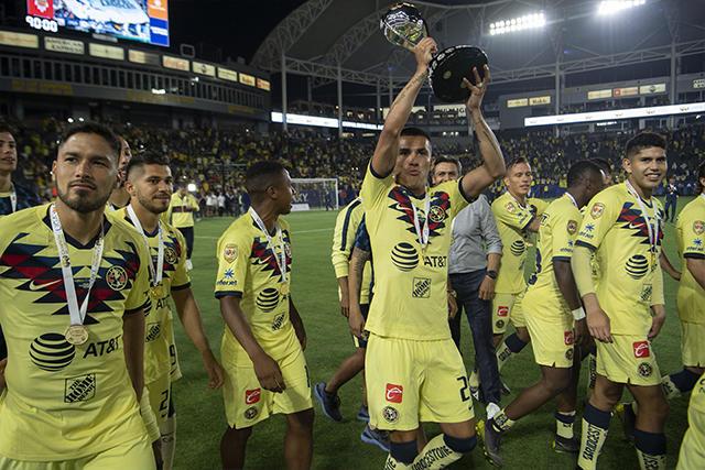 Luis Reyes levantando el trofeo de Campeón de Campeones con el América