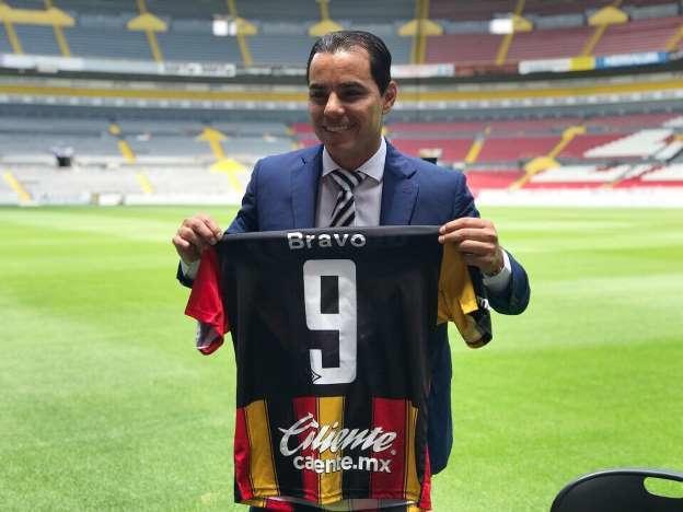 Omar Bravo posa con la camiseta de Leones Negros en el Estadio Jalisco