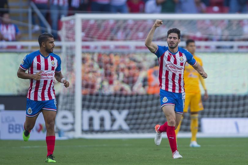 Antonio Briseño festeja su primer gol con Chivas