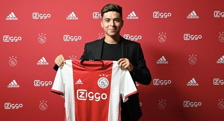 Alex Méndez durante la firma de contrato con el Ajax