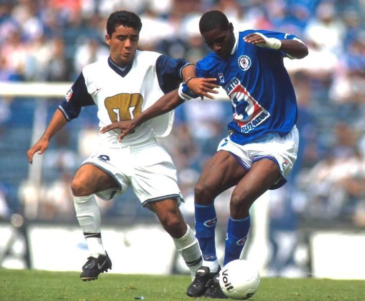 Agustín Delgado en acción con Cruz Azul