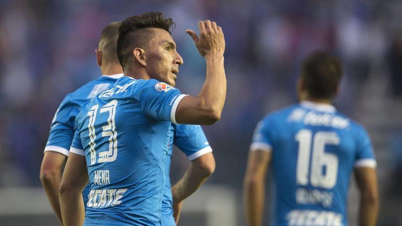 Mena celebra un gol anotado con Cruz Azul