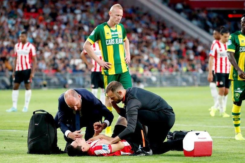 Chucky Lozano sale lesionado del partido ante Den Haag