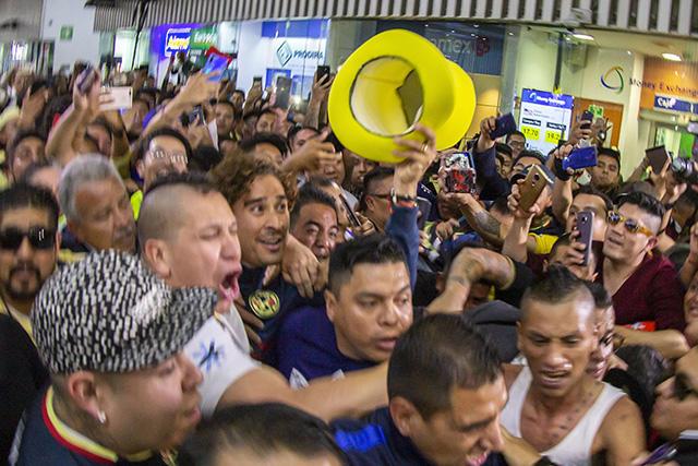 Memo Ochoa causó la locura en el aeropuerto de la Ciudad de México